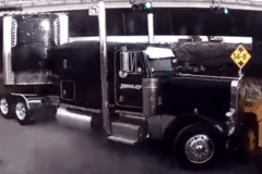 你猜谁更伤?当擎天柱卡车撞上美国校车